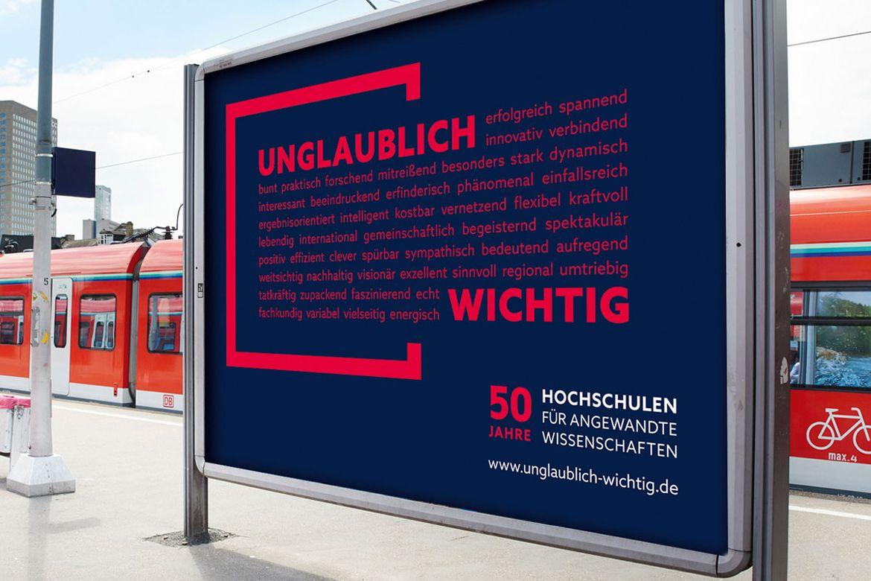 Ansicht einer Plakatfläche an einem Bahnhof